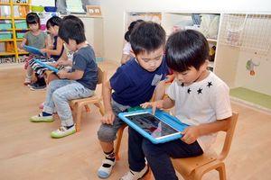タブレット端末を使いカリキュラムに取り組む園児=徳島市のもとしろ認定こども園