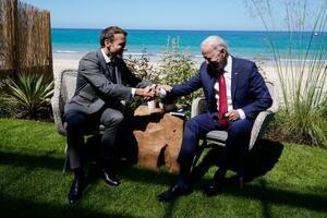 英南西部コーンウォール会談するバイデン大統領(右)とマクロン大統領=12日、カービスベイ(AP=共同)