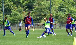 今季初の2連勝を目指し練習に取り組む徳島の選手=徳島スポーツビレッジ