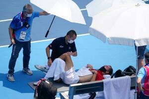 五輪テニス3回戦、試合途中で処置を受けるダニル・メドベージェフ=28日、有明テニスの森公園(AP=共同)
