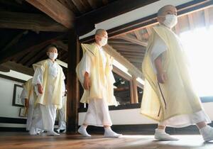 京都・東本願寺で「得度式」に向かう子どもたち=4日午前