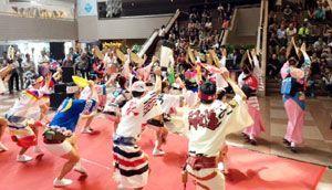 大勢の観客を楽しませる徳島県阿波踊り協会の選抜連=香港文化センター(県提供)