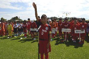 力強く選手宣誓するピソセレーザの前田主将=午前9時35分、徳島市球技場