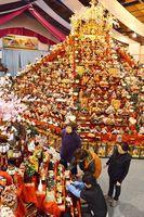 人形を飾り付ける井戸端塾の会員=勝浦町生名の人形文化交流館