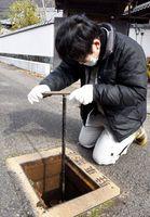 給水再開へ向け、水道管の空気を抜く那賀町職員=午前10時ごろ、同町和食郷