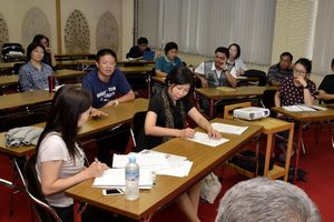 日本の過疎問題の解決法を学ぶアジア8カ国の参加者=神山町神領の町農村環境改善センター