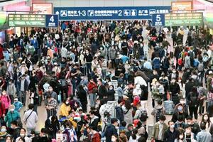 労働節に伴う大型連休を迎え、利用客で混雑する北京西駅=1日(共同)