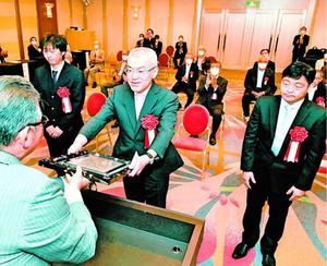 米田社長(左)から大賞の賞状を受け取る辻さん=JRホテルクレメント徳島