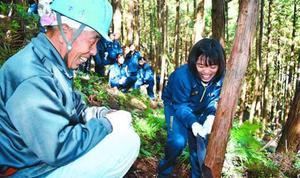 間伐を体験する生徒=阿波市土成町高尾の学校林