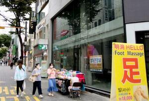 ソウルの繁華街明洞で目立つ空き店舗=1日(共同)
