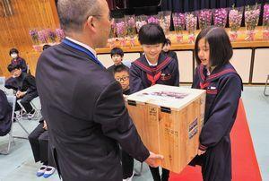 アエルワの後藤館長にタイムカプセルを手渡す御所小の児童代表=同校