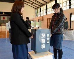徳島市長選の投票箱を設置する市職員=内町小体育館