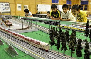 鉄道模型に夢中になる子どもたち=徳島市南末広町の県立中央テクノスクールろうきんホール