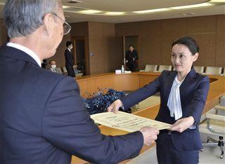 内藤氏に徳島市長選の当選証書付与