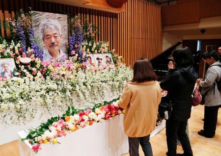 中村哲さんのお別れ会で献花し手を合わせる参列者=25日午後、福岡市