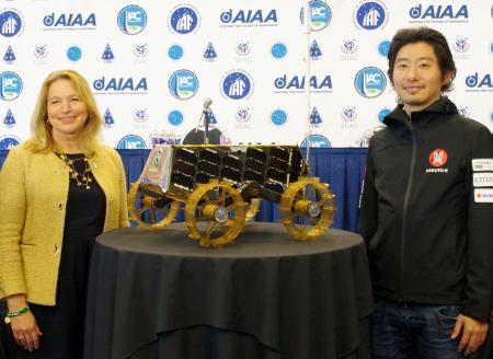 小型月面探査車の寄贈を発表するispaceの袴田武史社長(右)と米スミソニアン航空宇宙博物館のエレン・ストファン館長=23日、ワシントン(共同)