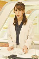 ニュース番組で地震の情報を伝える福永さん=札幌市の北海道テレビ