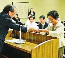 訪問団員(右)に委嘱状を手渡す遠藤市長=徳島市役所