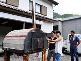 地域への感謝を込め、ピザ窯を造り上げた武蔵野大生と中田さん(右端)=阿南市水井町