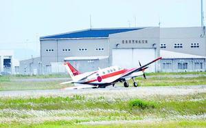 数百メートル先で停止した練習機=いずれも3日午前11時52分、徳島空港