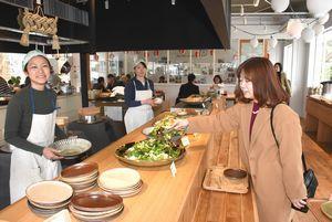 食と農業をつなぐ新拠点「かま屋」でビュッフェを楽しむ関係者=神山町神領