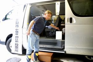 ワゴン車を活用した期日前投票所で投票する有権者=三好市西祖谷山村小祖谷