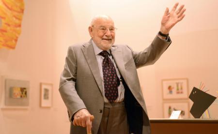 2017年4月、「エリック・カール展」の会場で、自身の作品に囲まれ笑顔のエリック・カールさん=東京・世田谷美術館