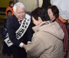 無投票で再選を果たし、支持者から祝福を受ける浜田さん(左)=15日午後5時40分ごろ、小松島市横須町の選挙事務所