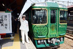 式典の後、橋田駅長の合図で出発する「四国まんなか千年ものがたり」=琴平駅