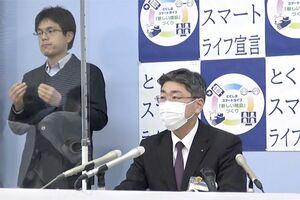 コロナ感染者について会見する徳島県の仁井谷興史保健福祉部長=13日、県庁