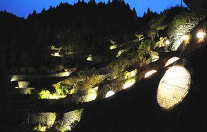 幻想的な雰囲気に包まれた「高開の石積み」=吉野川市美郷大神