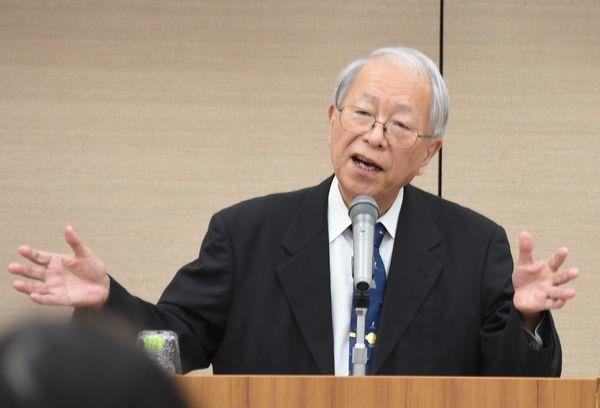 「変化を恐れないことが大切」と語る小和田名誉教授=徳島市の県教育会館