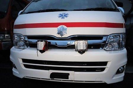 事故で赤色灯が壊れ、ナンバープレートが外れた名西消防組合の救急車=石井町高川原