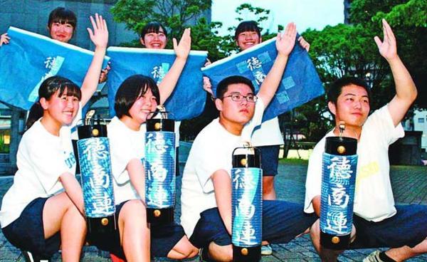 藍染の和紙を使ったちょうちんを新調した徳島商高の阿波踊り部=徳島市内