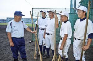 阿南工でグラウンドの整備を続ける若江さん(左端)。ナインは白星で応えようと誓う=同校グラウンド