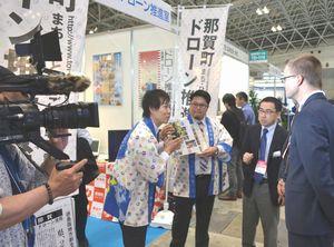 国際ドローン展の会場で行われた那賀町のPRドラマのロケ=千葉市の幕張メッセ