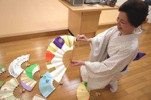 「扇供養」で供養される扇子を持つ雁音代表=徳島市住吉