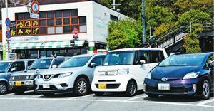 観光遊歩道・渦の道の駐車場。県外ナンバーをつけた車が並ぶ=11日、鳴門市鳴門町(画像の一部を加工しました)