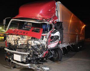 マイクロバスに追突した大型トラック=午前、徳島市応神町の県警高速隊