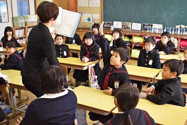 始業式を終えてクラスで話し合う児童=藍住町の藍住西小