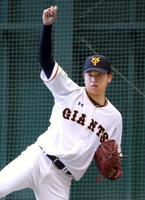 ブルペンで投球練習する巨人・太田=川崎市のジャイアンツ球場