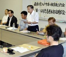 食の安全安心の重要性を訴える江口委員長(中央)=徳島市のふれあい健康館