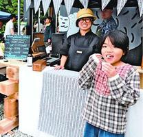 ノンアルコールアイスクリームを頬張る子ども=神山町神領の「KAMIYAMA BEER」