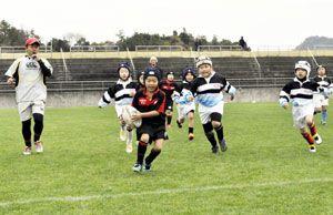 ラグビーを楽しむ子どもたち。日本代表の活躍で競技への関心が高まっている=徳島市入田町の市球技場