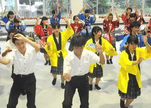韓国で披露する阿波踊りを練習する城ノ内中生=徳島市の城ノ内中学・高校