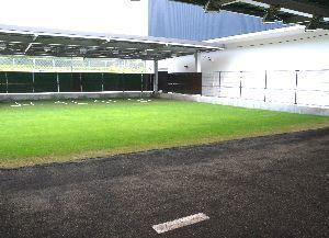 グラウンドの隣に設置された、屋根付きの投球練習場=阿南市桑野町の市屋内多目的施設