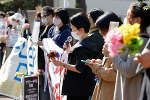 横浜地裁川崎支部前で行われた「フラワーデモ」=11日午後