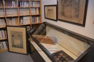 文化財に指定された和紙の関連資料=吉野川市山川町の阿波和紙伝統産業会館