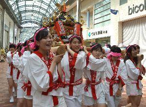 掛け声を響かせながらみこしを担ぐ女性たち=徳島市東新町2