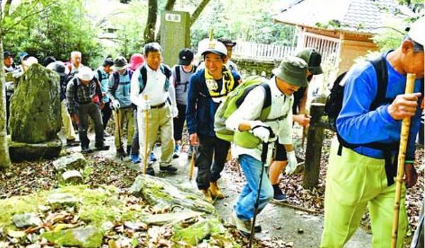 山道コースに挑む参加者=吉野川市鴨島町の藤井寺